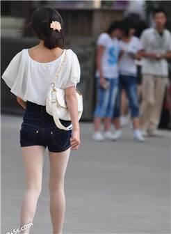 街拍极品白色肉丝袜丰满少妇