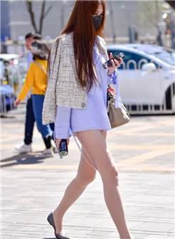 街拍:穿平底鞋的长腿少妇,肉肉的感觉十分撩人