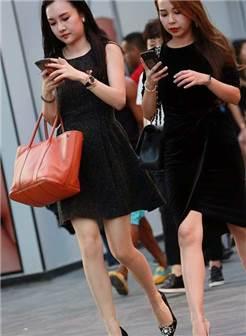 街拍:长腿美女丝袜搭配高跟鞋,经典搭配,真漂亮