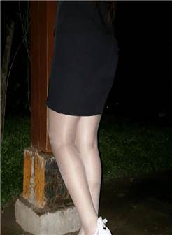 小黑裙丝袜搭配露脚面尖细跟鞋
