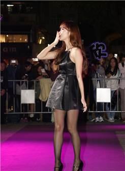 郑秀妍,脚踩高跟鞋:黑丝袜和高跟太美