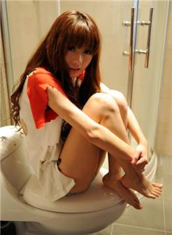 偷拍纯情美女卫生间里的激情