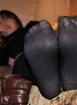 黑丝街拍美女商场换鞋丝袜脚都露出了