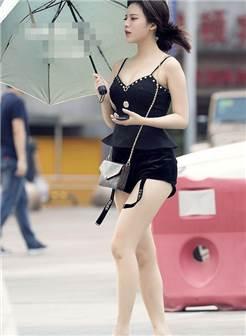 露出皙白的大长腿很吸睛,美女脚上的细跟高跟鞋很有女人味