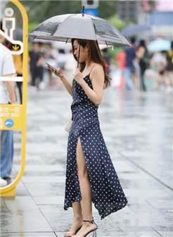 武汉街拍:丰韵美女身穿吊带开叉裙