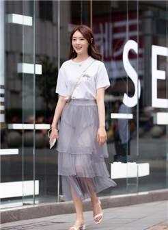 重庆街拍,绿色蕾丝镂空衬衫搭配尖头高跟鞋,时髦又有女人味!