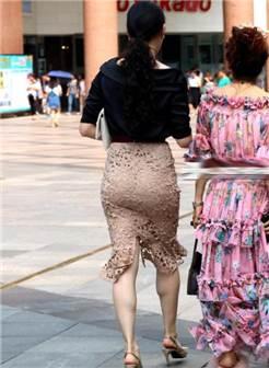 路人街拍: 镂空包臀裙的背影小姐姐, 圆润的臀部, 完美的身材