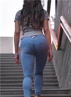 长发飘飘轻熟女紧身裤勒出饱满臀线