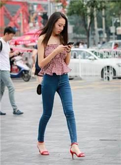 街拍女神: 紧身牛仔裤美女, 大长腿很显眼!
