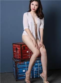 棚拍高贵迷人的美女模特依依
