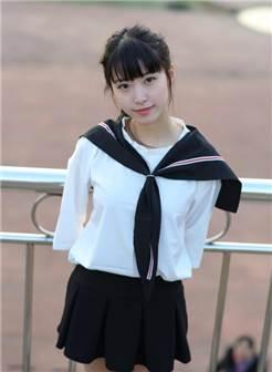 穿校服的女学生
