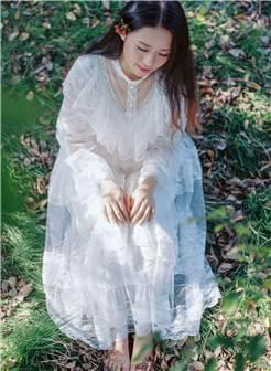 一个穿白色裙子女蹲下的图片