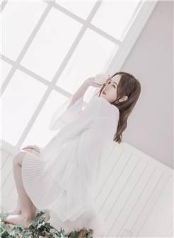 正跪着一个身穿白色裙子的绝美少女.