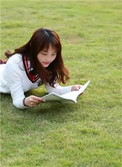 草坪上的女孩
