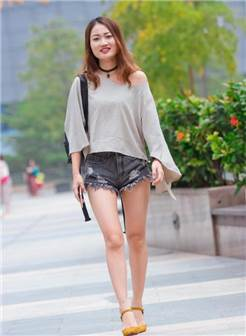 街拍, 露肩衫配牛仔热裤, 显露出少女修长的美腿, 真迷人!
