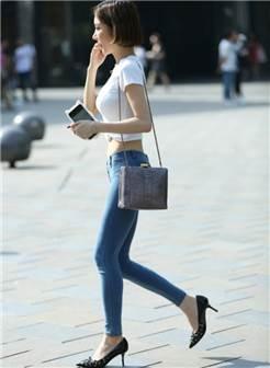 牛仔裤美女蛮腰长腿,这样的身材仅看背影足矣!