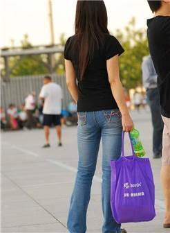 街拍美女:紧身牛仔裤美女的背影,总是让人有些心动!