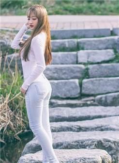美女紧身牛仔裤背影 翘臀曲线完美修饰修长美腿