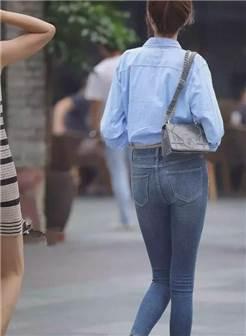 美女穿紧身牛仔裤的背影美妙绝伦,臀型曲线得到了时尚