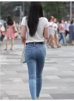 长发飘飘的牛仔裤美女,窈窕的身姿,留下一个美丽迷人的背影!