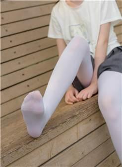 [森萝财团]萝莉r15-014 白色短袖与灰色短裤加白色丝袜美腿玉足公园内