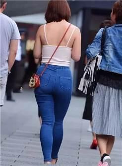 陪男友逛街的微胖小姐姐,深蓝色紧身牛仔裤尽显短粗大象腿,紧绷肥臀
