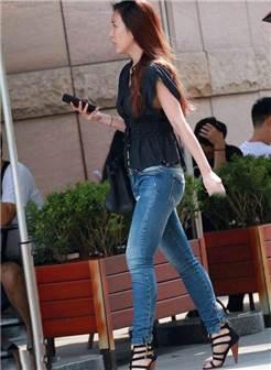 街拍:丰臀紧身牛仔裤美女,成熟的迷人味道!