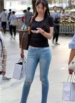 时尚街拍:身材丰腴的紧身牛仔裤美女,展现高挑身段