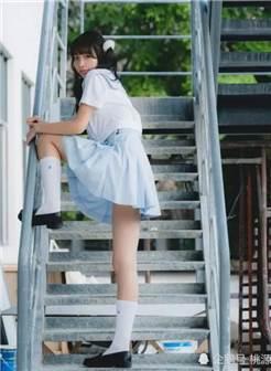 jk私影:白丝制服 喝牛奶的可爱萝莉,你向我走来,风都会甜一些