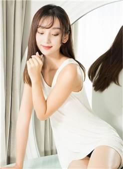 清纯白色背心美女室内写真锁屏壁纸图片