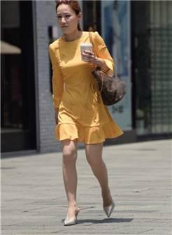 街拍联盟:阳光下的肉丝美妇,黄色套裙显得那么风韵