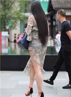 街拍:风韵性感的一个长发美腿成熟美妇,略显丰满的身姿让人着迷