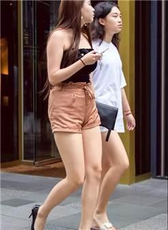 街拍:身材丰满大长美腿性感美妇,呆萌表情蛮可爱