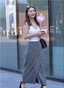 街拍:白色吊带背心搭灰色开叉裙的性感美妇,小酒窝显得好可爱!