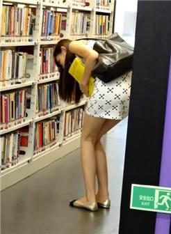 美女在图书馆里找书的正确姿势