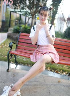 夏天女生穿短裤下蹲时福利风光照片