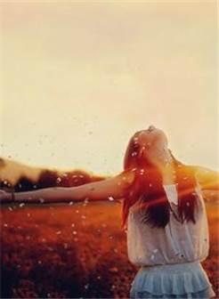 女人拥抱阳光唯美图片
