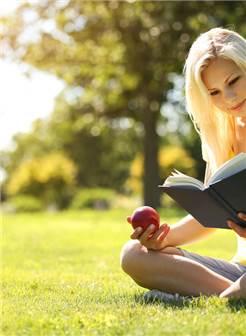 气质优雅女生看书图片