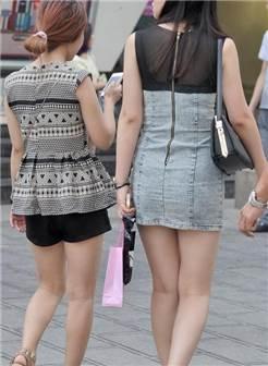 街拍,牛仔连衣短裙的时尚熟女,散发着成熟魅力
