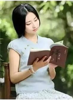 优雅的女生看书书侧面图片