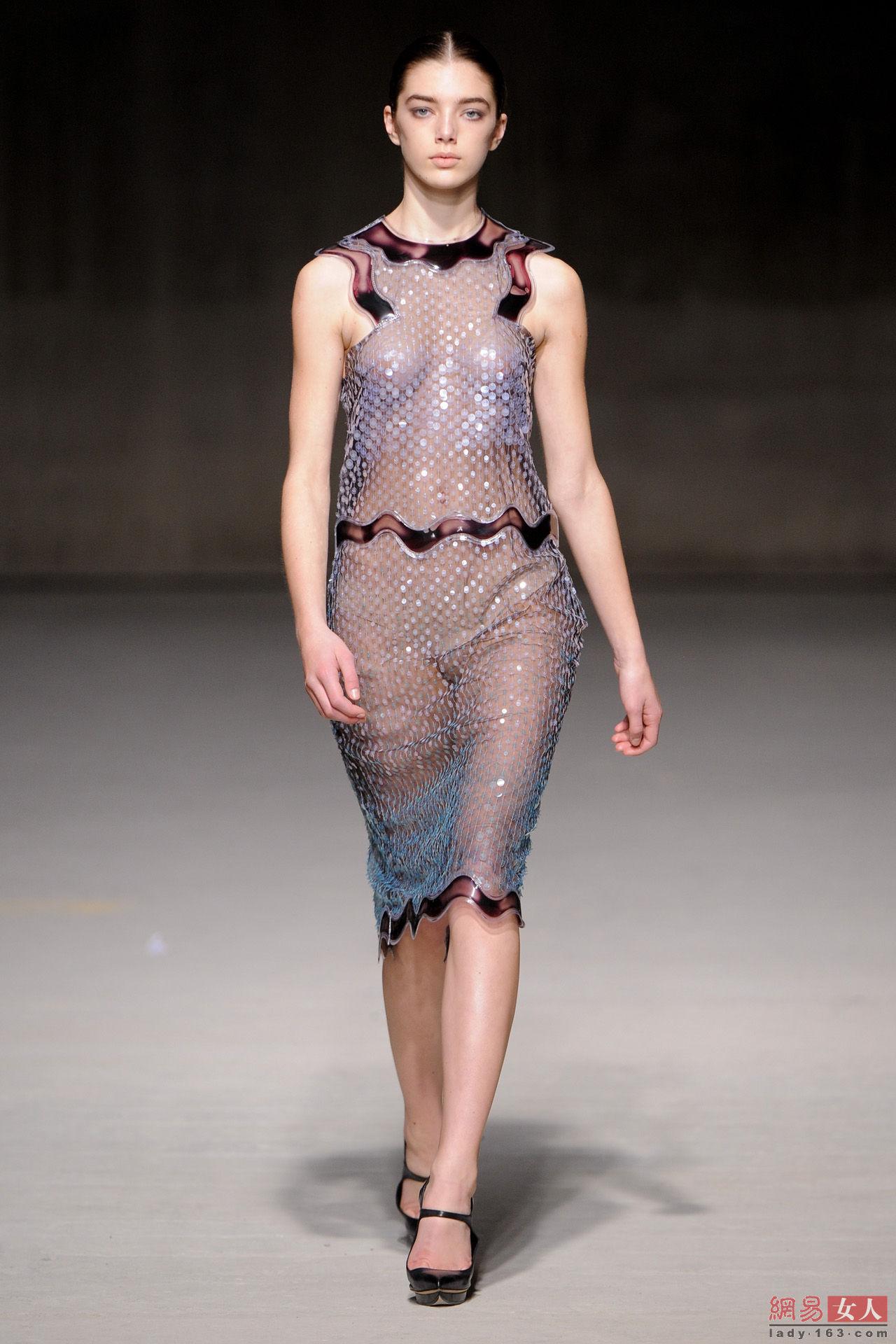 世界无下装透明时装秀 法国另类时装裸走秀(2)(点击浏览下一张趣图)