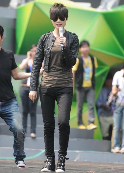 李宇春穿紧身裤图片(点击浏览下一张趣图)