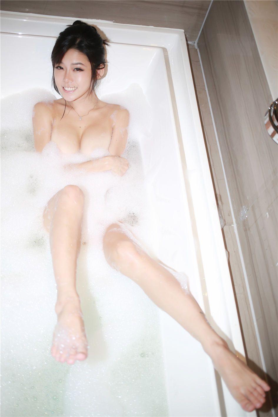 乳贴美女luvian浴室无内泡沫大胆写真(点击浏览下一张趣图)