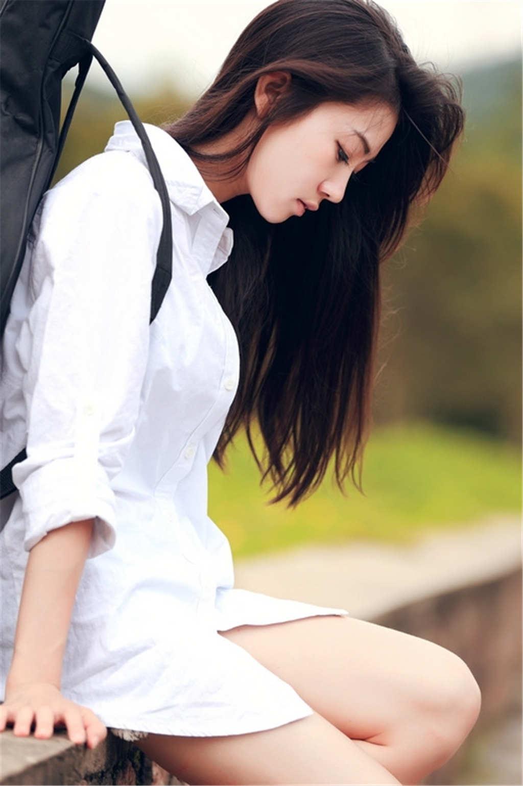 长发白衬衣女生背着吉他唯美图片(点击浏览下一张趣图)