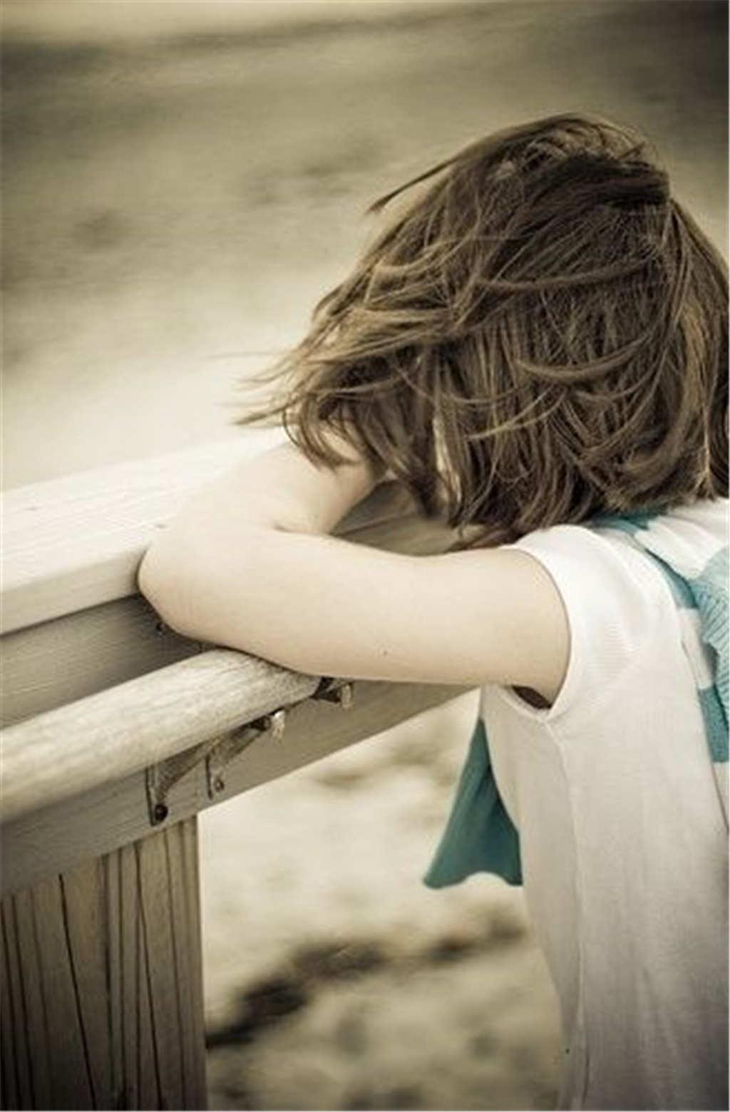 趴在木围栏上的女生伤感照片(点击浏览下一张趣图)