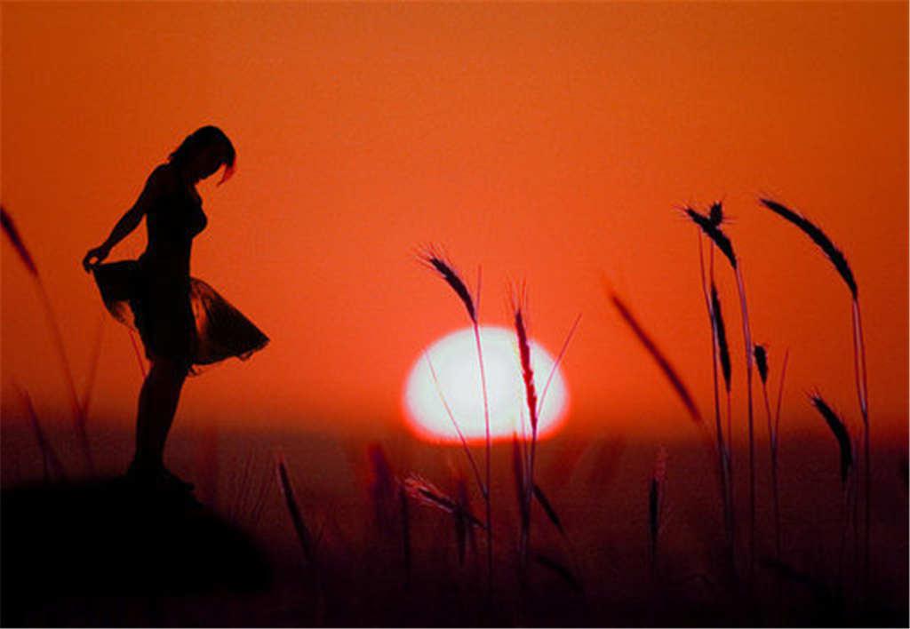 小草落日背景撩裙女生唯美照片(点击浏览下一张趣图)