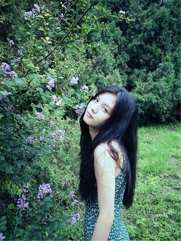绿色植物背景黑发靓丽女生(点击浏览下一张趣图)