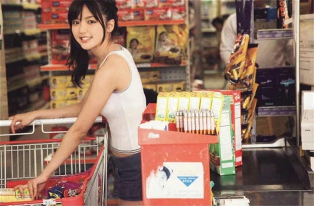 推着购物篮的可爱美女妹纸图片(点击浏览下一张趣图)