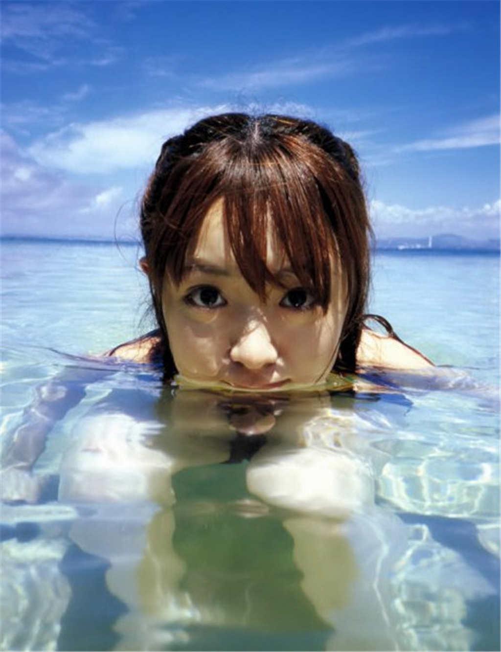 在海水中目视着镜头的可爱美女(点击浏览下一张趣图)