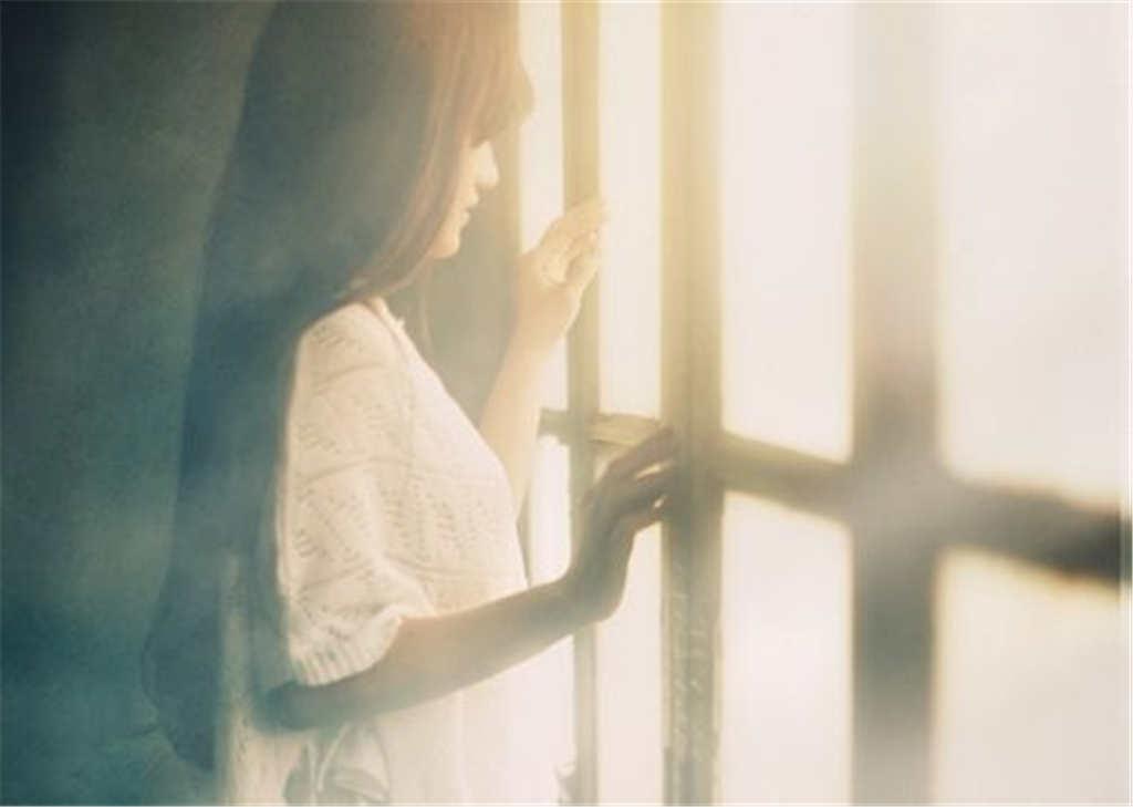 看着窗外的女孩伤感图片(点击浏览下一张趣图)
